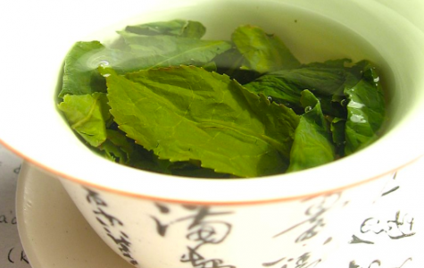 Green tea steeps in a cup. Japan administrative  makes change to practices regarding 'tea-squads' (photo courtesy of wiki commons and Wikimol).