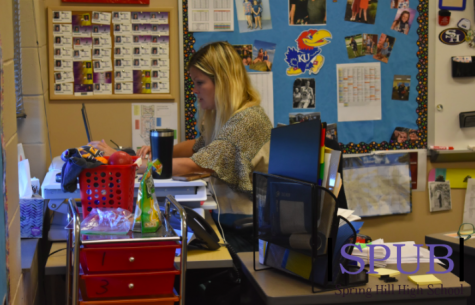 On Sept. 30, Kerri Rodden, English Teacher, teachers her honors English 2 students over zoom. Online learning has forced students to accept more responsibility regarding what they pay attention to when in class (photo by A. Manning).